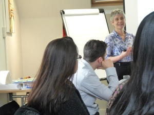 Elisabeth Goodman presenting the Introduction to Management course